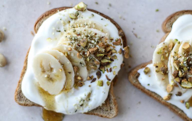 Τοστ με γιαούρτι καρύδας, αμύγδαλα & μπανάνα