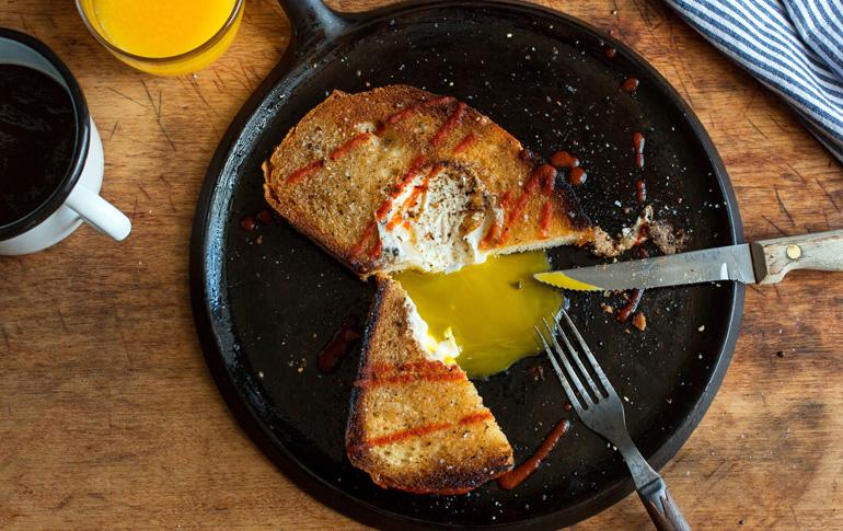 Αυγό μέσα σε ψωμί
