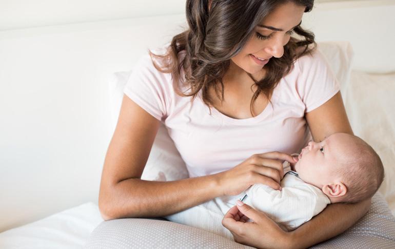 Οι πρώτες 40 ημέρες μετά τη γέννα: Η φροντίδα της νέας μαμάς