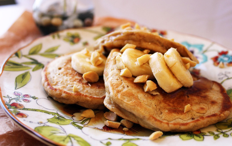 Pancakes με κρέμα φυστικοβούτυρο και μέλι