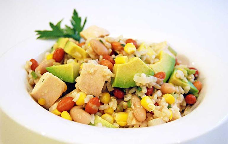 Σαλάτα με ρύζι καλαμπόκι και κοτόπουλο
