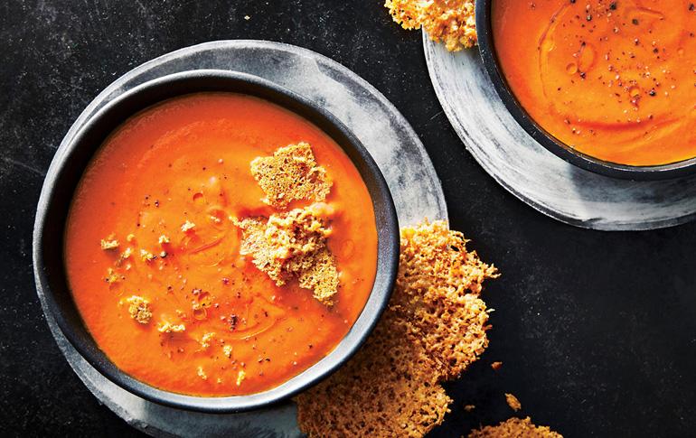 Σούπα με ντομάτα και κόκκινες πιπεριές